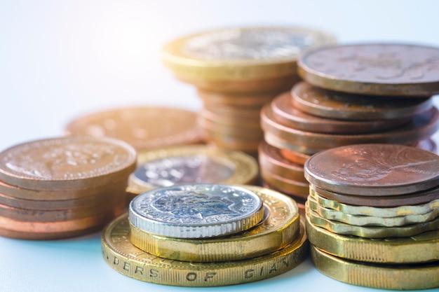新聞の為替レートに英ポンドの硬貨の積み重ねのクローズアップ Premium写真