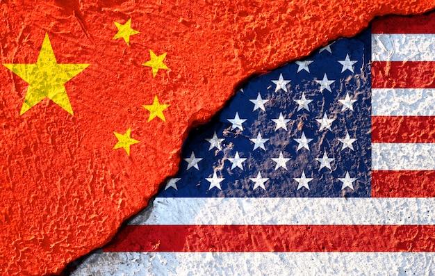 アメリカ国旗と中国国旗の亀裂 Premium写真