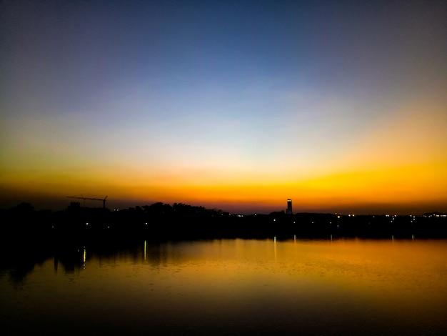 夕焼け湖オレンジ背景 Premium写真