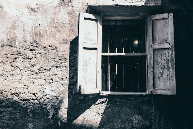Старинные тона старые белые деревянные окна на фоне фасада деревенском бетонную стену Premium Фотографии