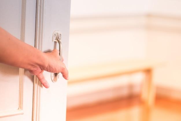 その男はドアを開ける。 Premium写真