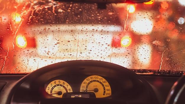 Дождь между пробками в большом городе Premium Фотографии