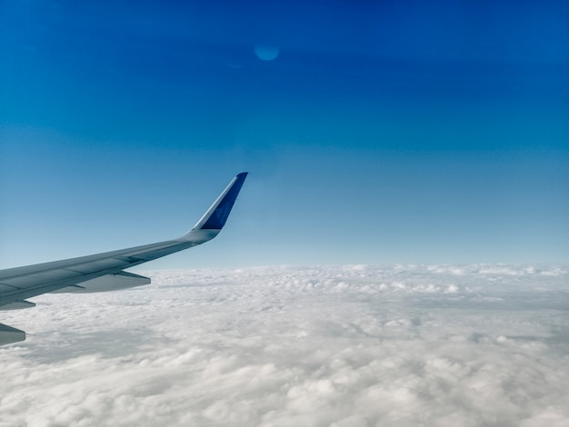 Крыло самолета на белых облаках Premium Фотографии