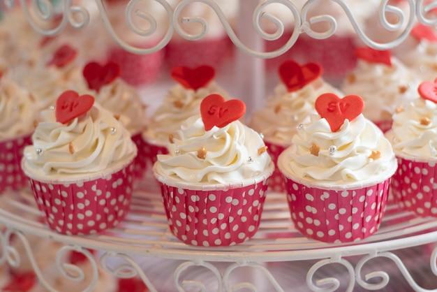ビュッフェラインに置かれたカップケーキ Premium写真