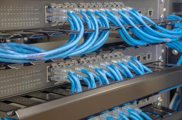 ネットワークスイッチとイーサネットケーブルをコンピュータに接続 Premium写真