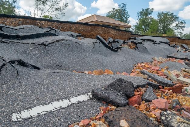 海の波による侵食による道路の損傷 Premium写真