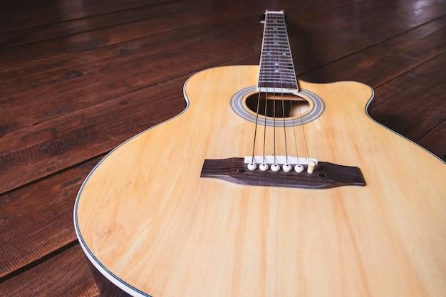 テーブルの上のアコースティックギターの楽器 Premium写真
