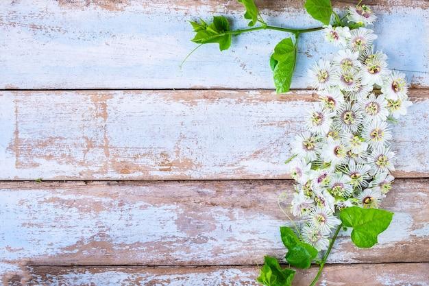 Деревянный фон с цветами Premium Фотографии