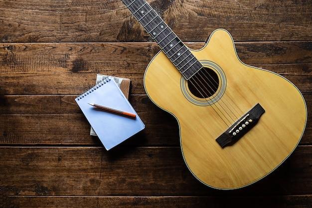 Классическая гитара на деревянной Premium Фотографии
