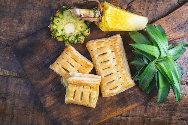パイナップルパイとパイナップルフルーツの木 Premium写真