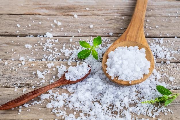 ダイニングテーブルの海からの天然塩 Premium写真