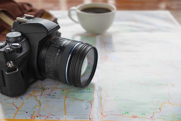 旅行計画のアイデアを持つ地図とカメラ Premium写真