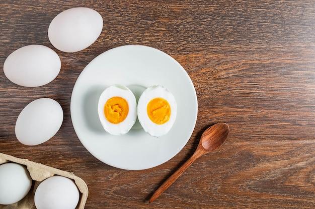 Белые утиные яйца и соленое яйцо на деревянном столе Premium Фотографии