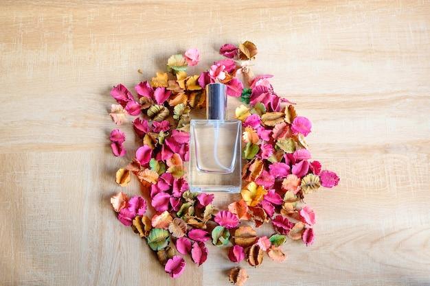 背景、香水ボトル、香ばしい花。 Premium写真