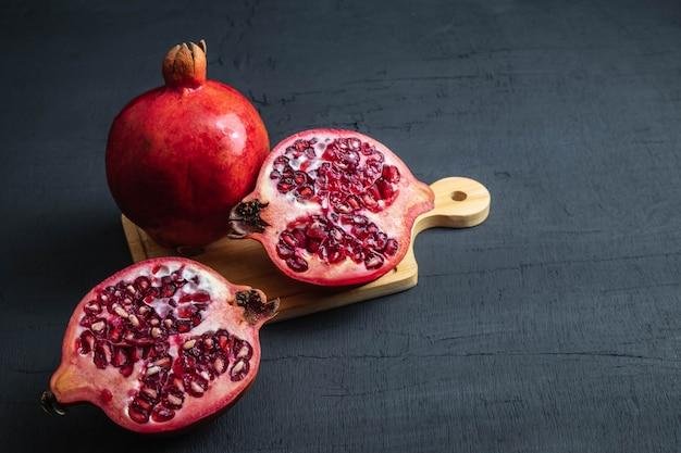 ザクロの果実のスライス Premium写真