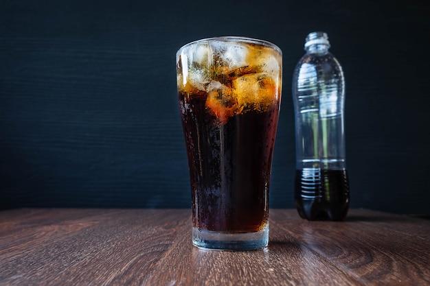 テーブルの上にさわやかな黒のソフトドリンク Premium写真