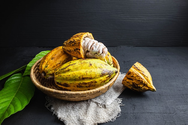 Свежие фрукты какао в корзине Premium Фотографии