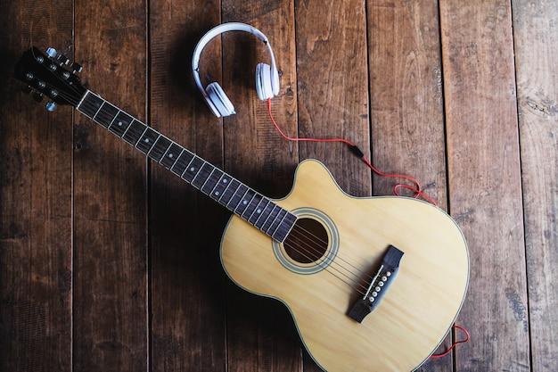 Классическая гитара и музыкальные наушники Premium Фотографии