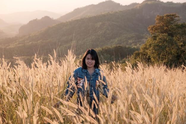 Образ жизни красивые женщины на лугу и закатном свете Premium Фотографии