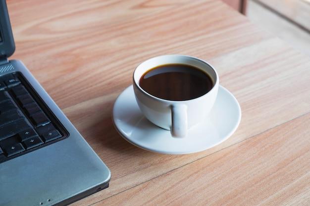 オフィスの机の上のコーヒーカップ Premium写真