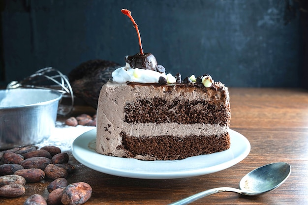 チョコレートケーキとココアの木製テーブル Premium写真
