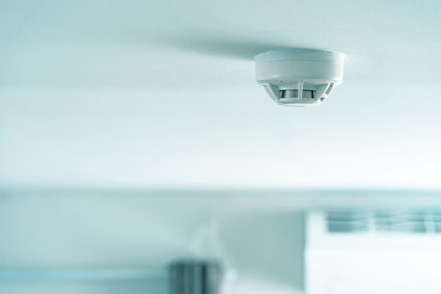 煙探知機、天井の煙探知機 Premium写真