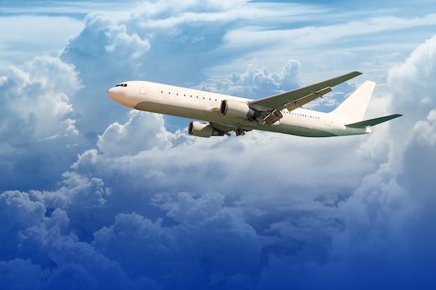 Самолет в небе Premium Фотографии