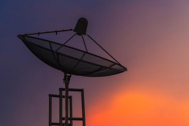 都市の夕暮れの空の衛星料理 Premium写真