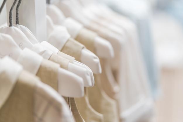 ショールームにぶら下がっているベビー服コレクション Premium写真