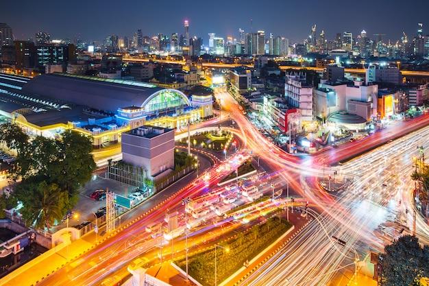 近代的な都市の夜背景、タイのバンコクの近代的な建物に光の道 Premium写真