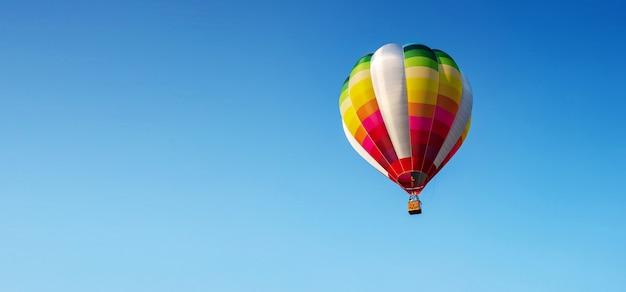 青い空に風船 Premium写真