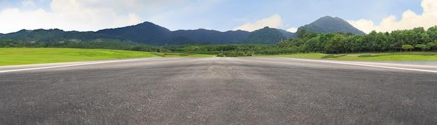 空のアスファルト道路と山の自然風景 Premium写真