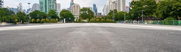 バックグラウンドで街と空のアスファルト道路 Premium写真
