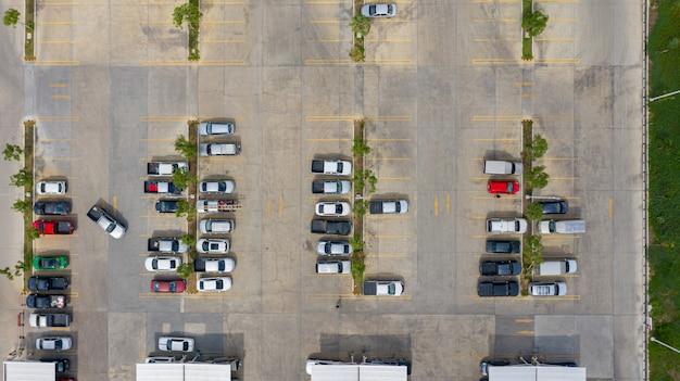 Вид сверху на парковку, взятую с беспилотников Premium Фотографии