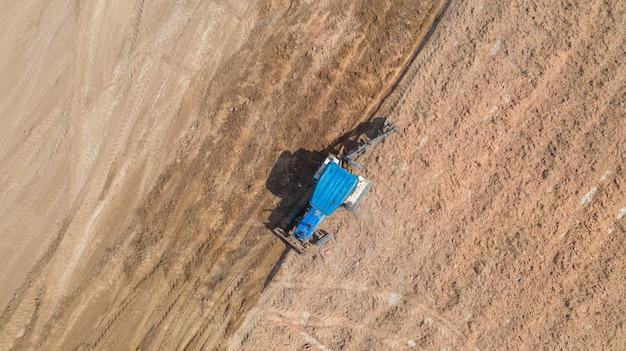 農業用トラクター車の分野で働いてのトップビュー Premium写真