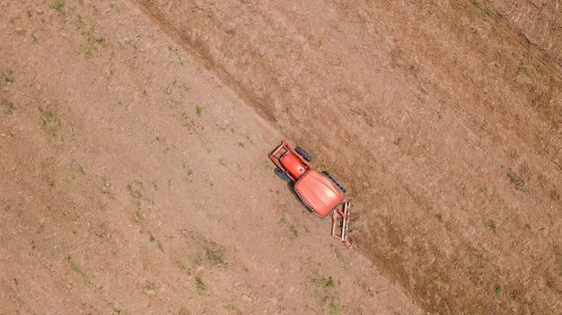 農業用トラクター車のフィールドでの作業のトップビュー Premium写真