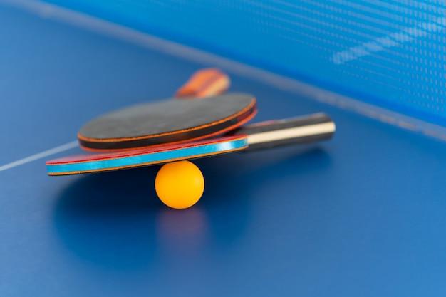卓球ラケットとボール、屋内スポーツ活動 Premium写真