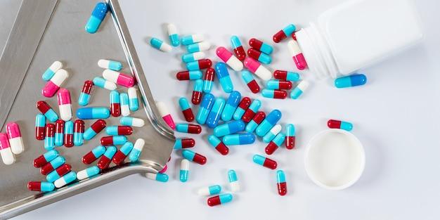 Многие тип медицинских препаратов таблетки капсулы на белом Premium Фотографии