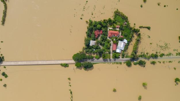 浸水した田んぼと村の空中のトップビュー、ドローンによるショットの上からの眺め Premium写真