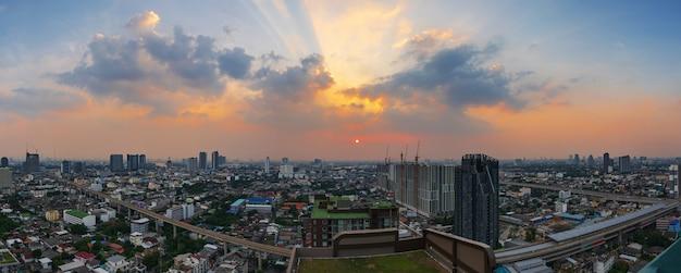 夕暮れの空とダウンタウンのスカイトレイン Premium写真