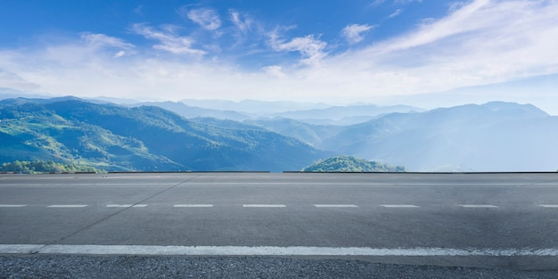 Пустое шоссе, асфальтированная дорога и красивое небо Premium Фотографии