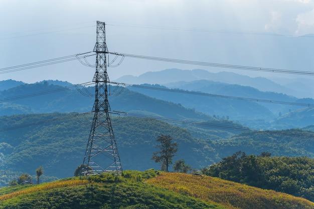 山の高電圧送電線 Premium写真