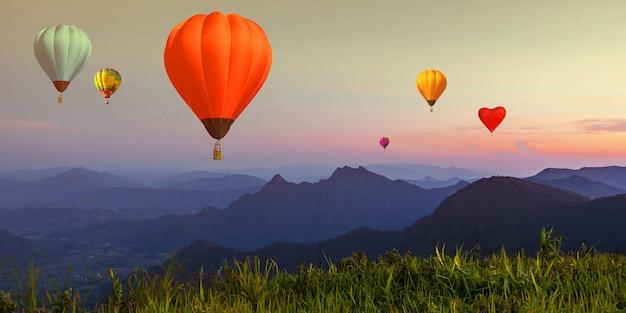 夕暮れ時の高山の視点上の夕暮れ空にバルーン Premium写真
