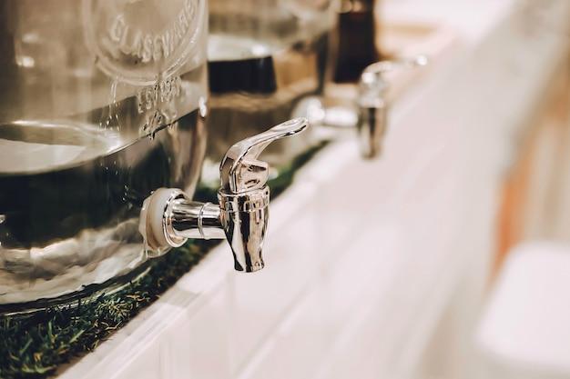 Диспенсер холодной воды в кафе или ресторане. минимальный кулер. Premium Фотографии