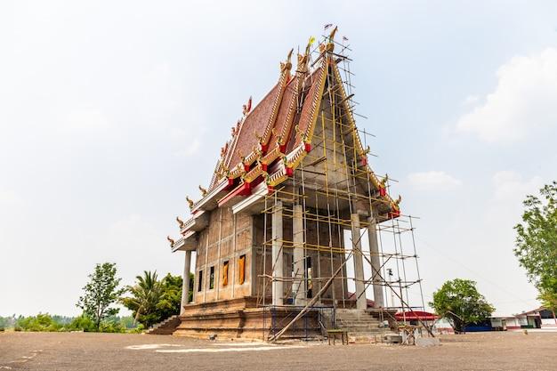 寺院はタイの田舎で建設中です Premium写真