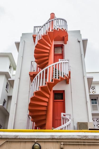シンガポールのブギス村のカラフルならせん階段とカラフルな都会。観光客のランドマークです Premium写真