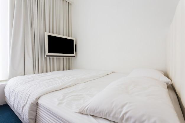 モダンなダブルベッドルーム、ハードウッドの家具 Premium写真