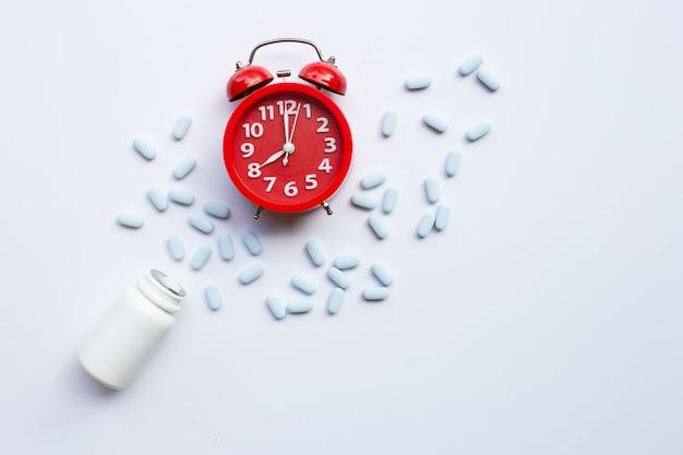 赤い目覚まし時計リング Premium写真