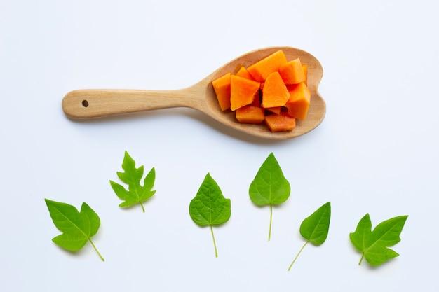 Плоды папайи с листьями на белом Premium Фотографии