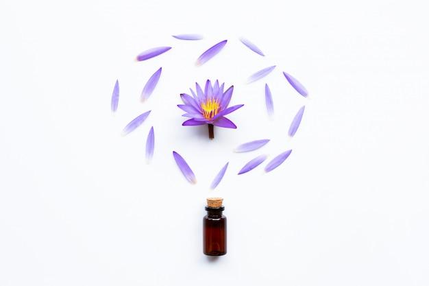 白紫色の蓮の花とエッセンシャルオイル。 Premium写真